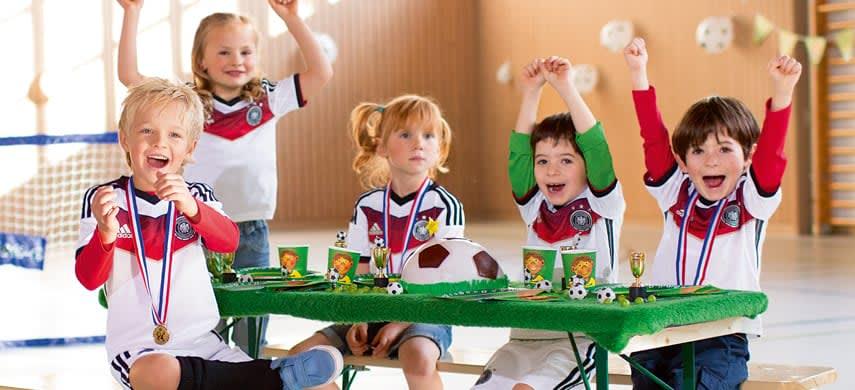 Kinder am Fußballtisch