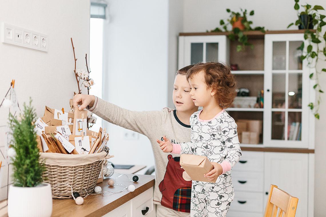 Adventskalender im Korb: Kinder suchen das richtige Türchen