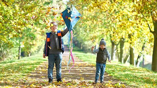 Kinder lassen draußen Drachen steigen