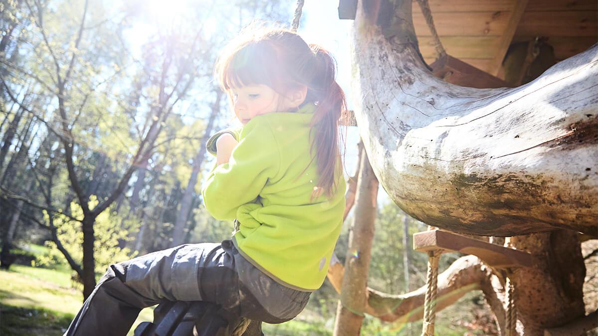 Mädchen klettert auf Baum - tolles Herbstspiel
