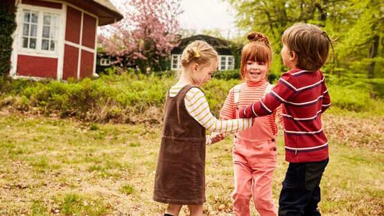 Kinder spielen draußen Herbstspiel