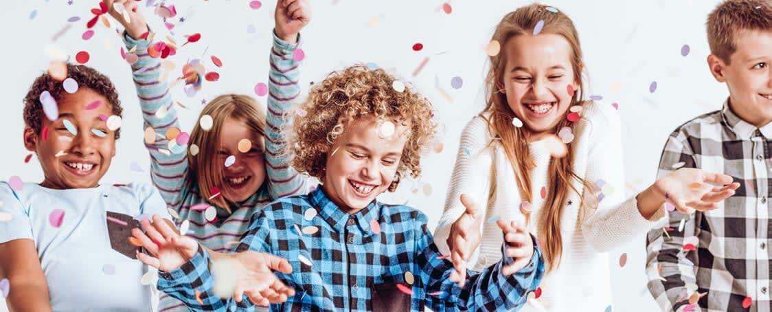 Kinder Konfetti lachend