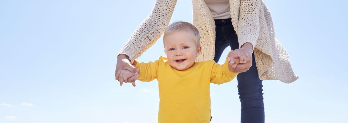 Laufen lernen: Baby mit Mutter