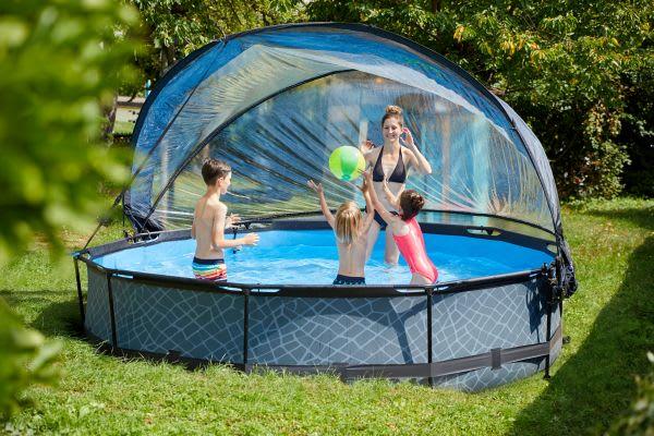 Schwimmen lernen: Familie im Pool