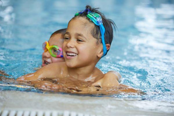 Schwimmen lernen: Junge mit Taucherbrille