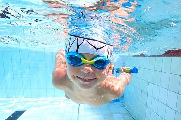 Schwimmen lernen: Junge taucht