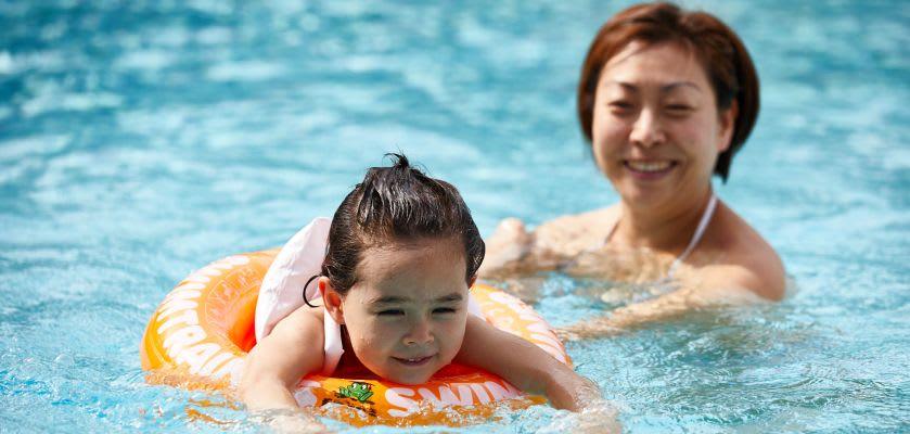Schwimmen lernen: Mutter und Tochter beim Üben
