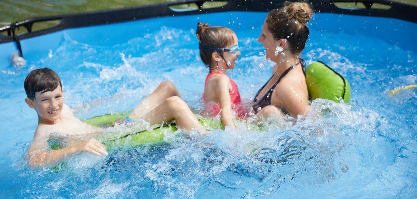 Spaß im Pool: Mutter mit Kindern im Wasser