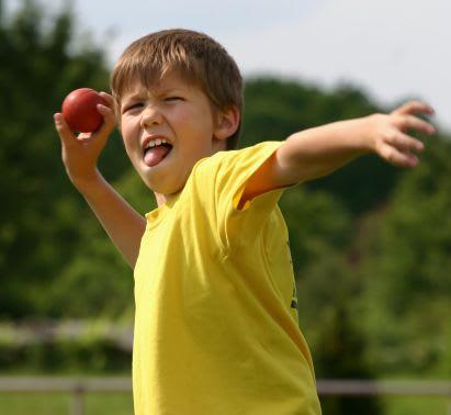 Sportübungen für Kinder: Junge beim Weitwurf