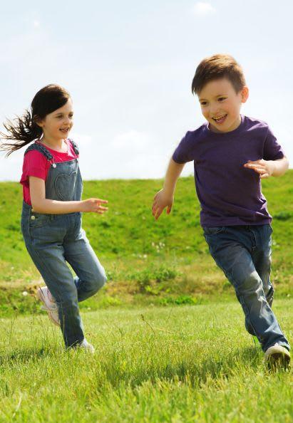 Sportübungen für Kinder: Geschwister spielen Fangen