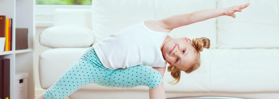 Sportübungen für Kinder: Mädchen beim Turnen