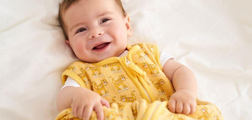 Babys im Sommer anziehen: Baby im Sommerschlafsack