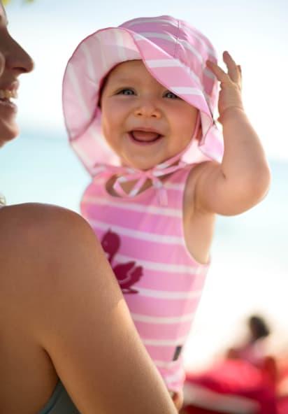 Babys im Sommer anziehen: Glückliches Baby in UV-Kleidung