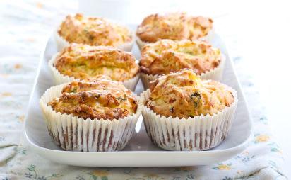 Backen mit Kindern: Muffins mit Gemüse auf einer Servierplatte