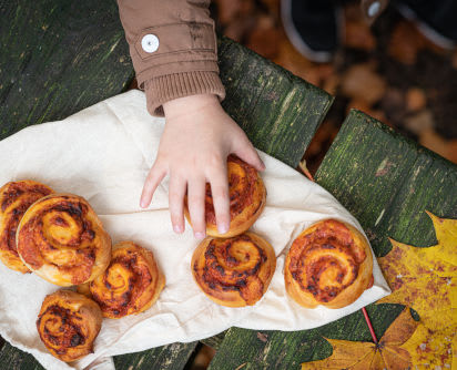 Backen mit Kindern: Pizzaschnecken auf einem Tisch