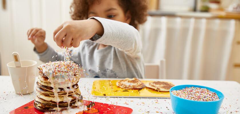 Backen mit Kindern: Kind backt leckere Pfannkuchen