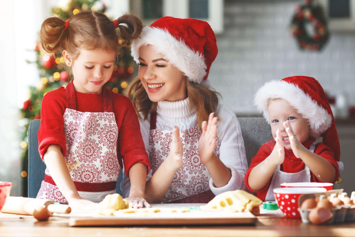 Backen mit Kindern: Familie backt Weihnachtsplätzchen