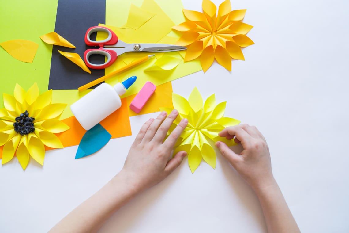 Basteln mit Kindern im Sommer: Selbstgebastelte Blumen aus Papier