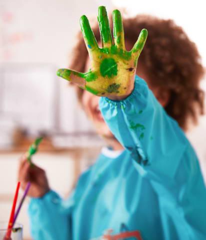 Bastelideen für den Sommer: Kind spielt mit Fingerfarben