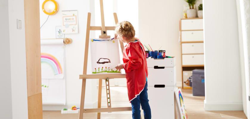 Bastelideen für den Sommer: Kind malt sommerliches Bild