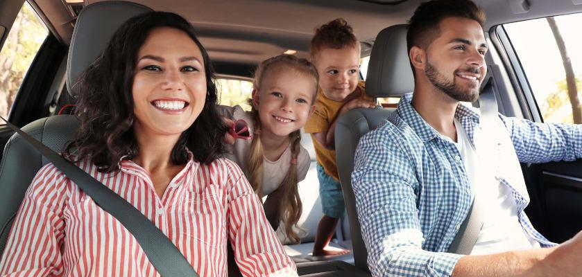 Spiele im Auto: Familie mit zwei Kindern im Auto