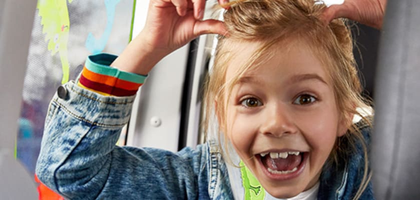 Spiele im Auto: Gut gelauntes Mädchen während der Fahrt
