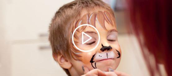 Junge bekommt Löwen-Gesicht zum Fasching geschminkt