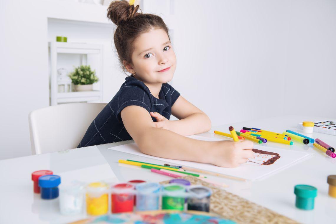 Basteln im Frühling: Mädchen malt Bild