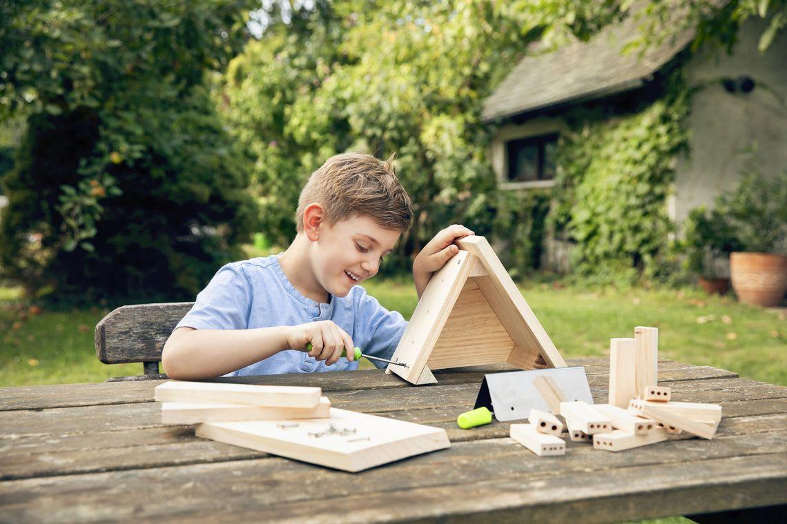 Garten-Ideen: Kind baut ein Insektenhotel
