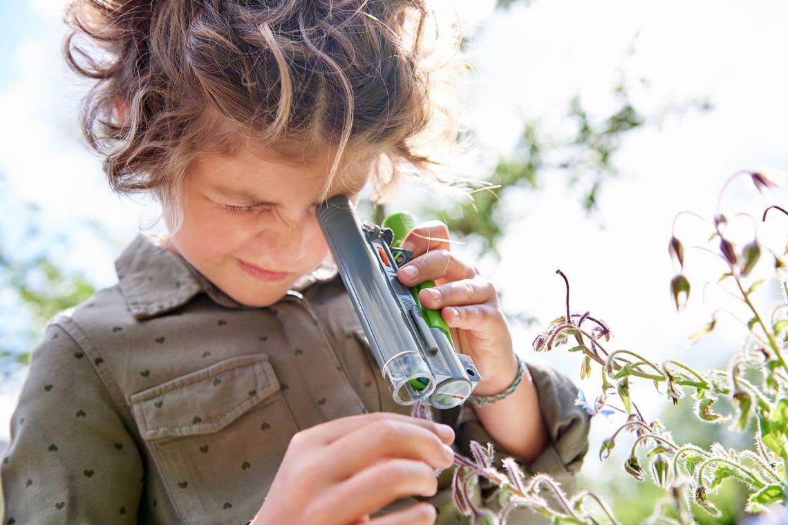 Garten-Ideen: kleiner Entdecker ist der Natur auf der Spur