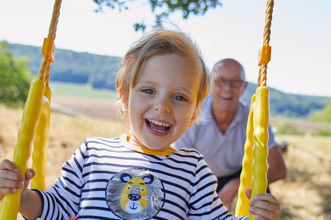 Garten-Ideen: Kind auf einer Schaukel