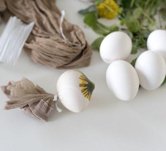 Ostereier färben mit Kindern: Technik für Blätter- & Blumenmotive