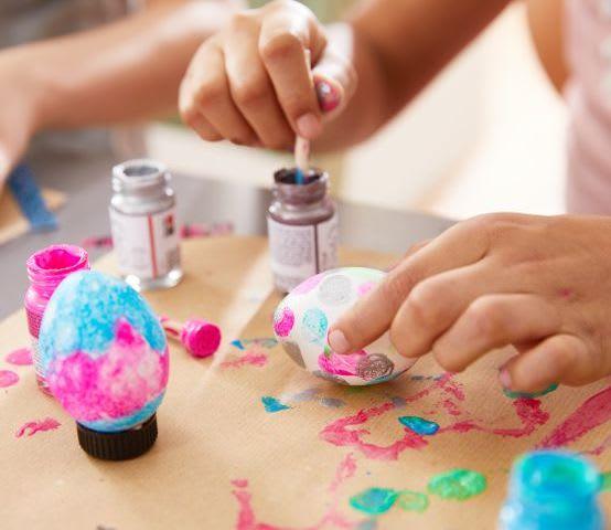 Ostereier färben mit Kindern: Technik mit Fingerfarben