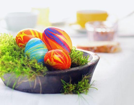 Ostereier färben mit Kindern: gestreifte Eier