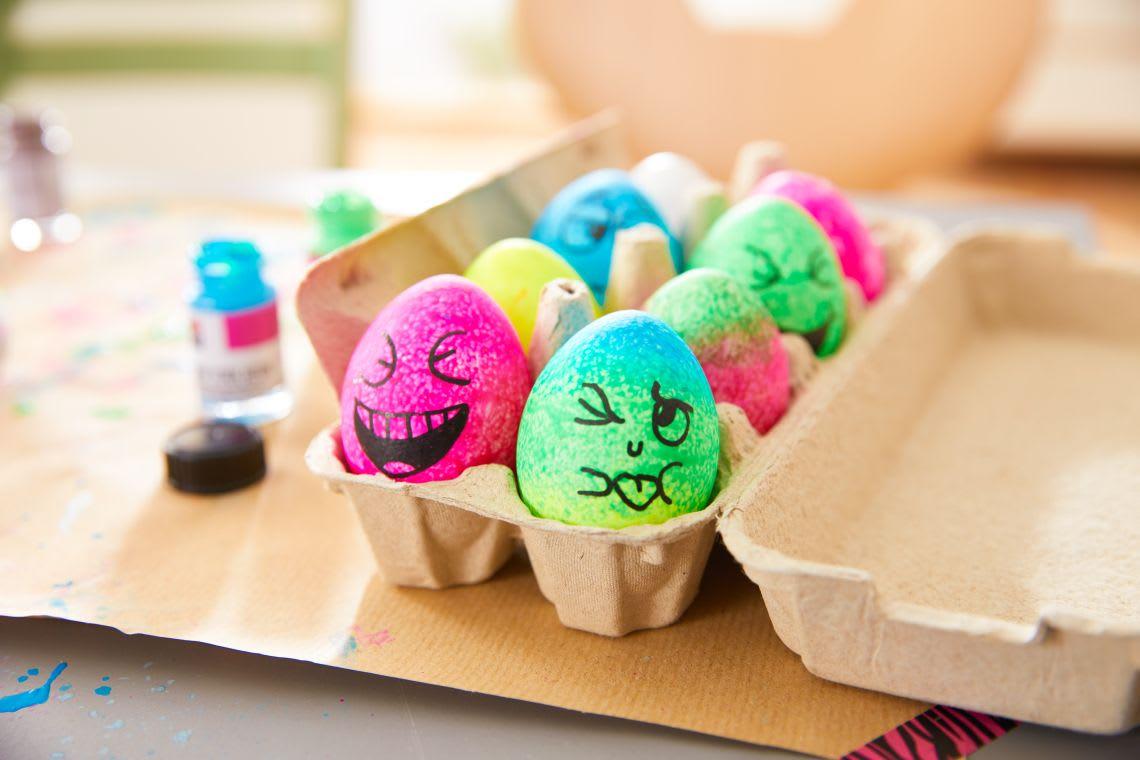 Ostereier färben mit Kindern: bunte Eier im Karton