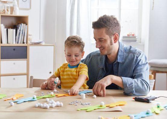 Basteln mit Kindern für Ostern: Vater bastelt mit Sohn Osterhasen