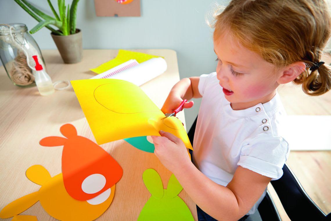 Basteln mit Kindern für Ostern: Kind bastelt Osterhasen