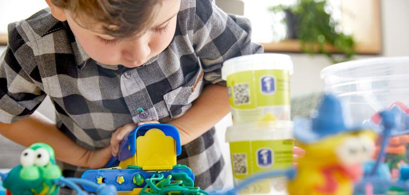 Basteln mit Kleinkindern: Junge bastelt mit Knete