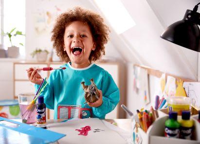 Basteln mit Kleinkindern: Junge malt mit Wasserfarben