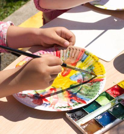 Basteln mit Kleinkindern: bunte Pappteller bemalen