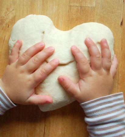 Basteln mit Kleinkindern: Kind formt Herz aus Salzteig