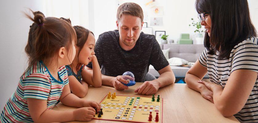 Familienspiel-Ideen: Familie spielt Mensch ärgere dich nicht