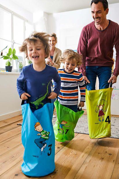 Familienspiel-Ideen: Familie spielt Sackhüpfen