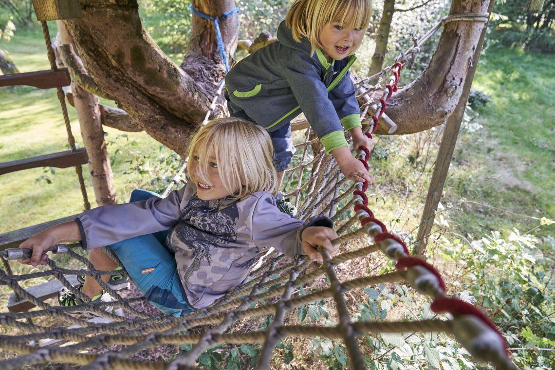 Familienspiel-Ideen: Kinder spielen im Garten