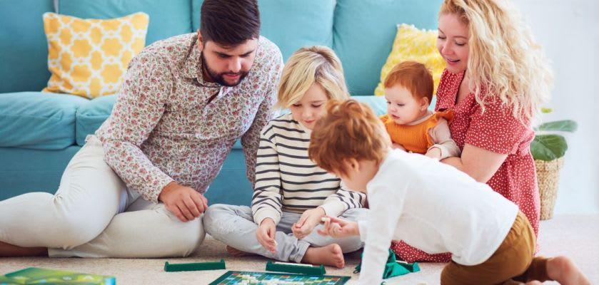 Familienspiel-Ideen: Familie spielt Brettspiel