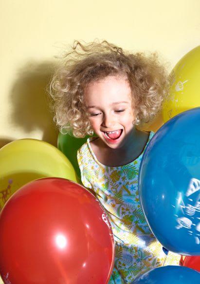 Familienspiel-Ideen: Mädchen spielt mit Luftballons