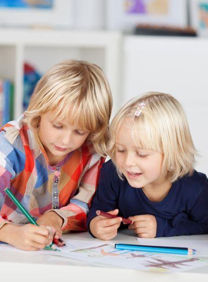 Familienspiel-Ideen: Kinder spielen Vier gewinnt