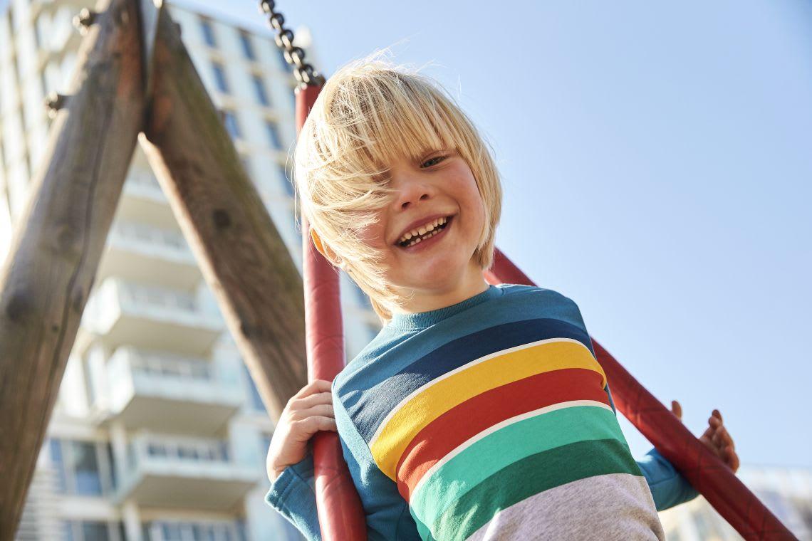 Familienspiel-Ideen: Junge spielt draußen