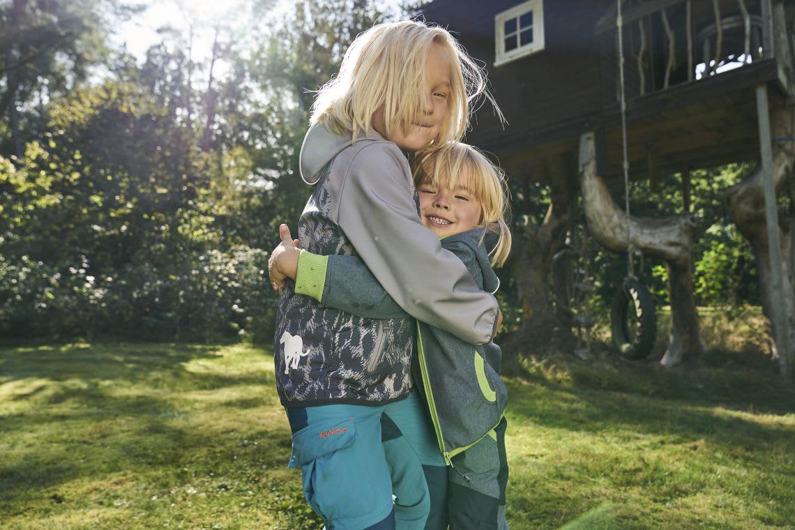 Familienzusammenhalt: Geschwister umarmen sich