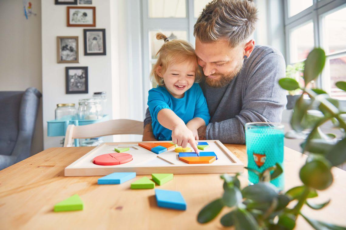 Familienzusammenhalt: Vater spielt mit Tochter